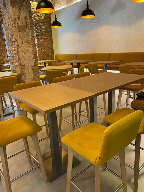 mobiliario sillas amarillas y mesas de madera