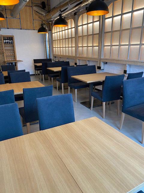 mobiliario sillas azules y mesas de madera
