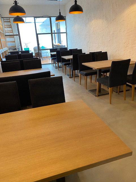 mobiliario sillas y mesas de madera