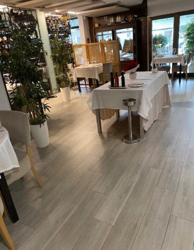 Mesas y sillas Entrada La Taberna de Elia